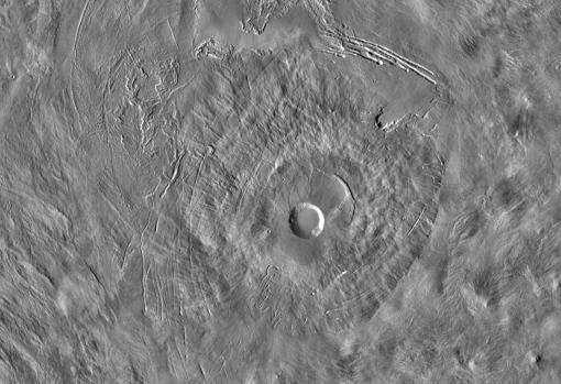 Vista del volcán Pavonis con su gran cráter en el centro