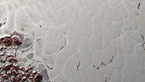 Los científicos de la misión New Horizons de la NASA utilizaron simulaciones por computadora de última generación para mostrar que la superficie de la Planitia Sputnik de Plutón está cubierta de «células» de hielo agitadas que son geológicamente jóvenes y se forman debido a un proceso llamado convección.