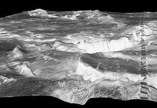 La montaña circular en primer plano es una corona de 500 kilómetros en la región de Galindo de Venus