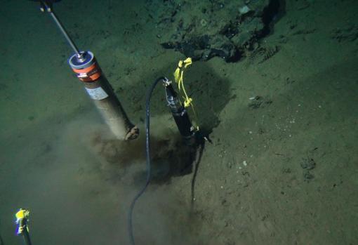 Fotografía tomada de ALVIN, un sumergible tripulado de investigación en las profundidades del océano, que toma núcleos de sedimentos en el fondo del océano del Afloramiento de Dorado en 2014