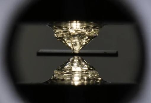 Los diamantes entre los que se ha creado el cristal superconductor