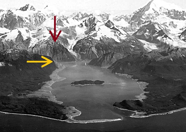 En la imagen, pueden verse los daños causados por el megatsunami de la bahía de Lituya en 1958. Las áreas más claras muestran dónde los árboles fueron arrancados de raíz. La flecha roja muestra el punto en el que se produjo el desprendimiento de tierra y la amarilla señala el punto más alto alcanzado por la gigantesca ola de 523 metros
