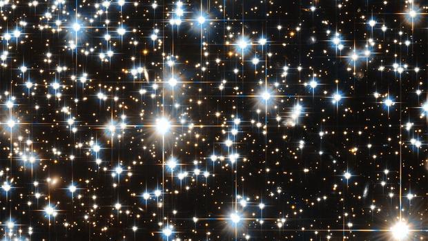 Varias enanas blancas en el cúmulo NGC 6397. Las enanas blancas son núcleos de estrellas que ya han agotado su combustible, pero que brillan por el calor residual acumulado