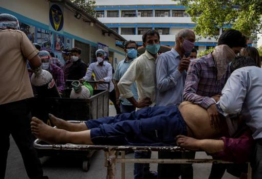 Family members cry after a man dies outside the coronavirus disease victim ward at Guru Teg Bahadur Hospital in New Delhi