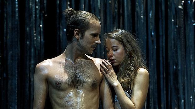 Nao Albet e Irene Escolar, en una escena de «El público»