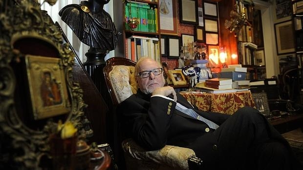 Mauricio Wiesenthal, sentado en la butaca de su madre, donde escribe, a la puerta de su casa