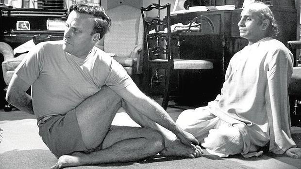 Yehudi Menuhin practicando yoga en 1953