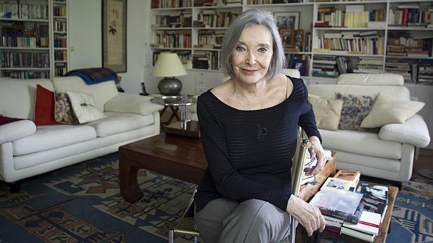 Nuria Espert, en el salón de su casa de Madrid