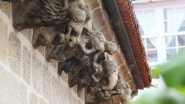 Canecillos en el alero del claustro, una colección única