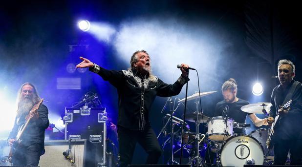 Robert Plant durante uno de sus conciertos