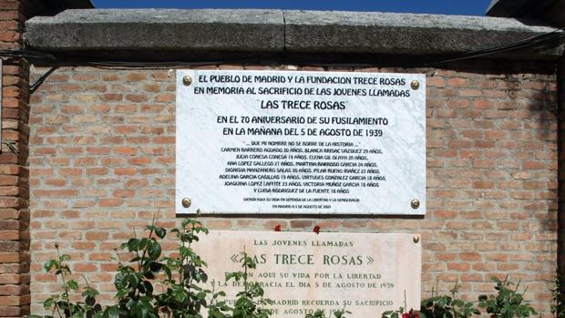Placa en recuerdo de las «Trece rosas» situada en el cementerio de la Almudena