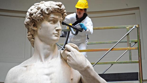 El David de Miguel Angel es sometido a trabajos de limpieza y mantenimiento