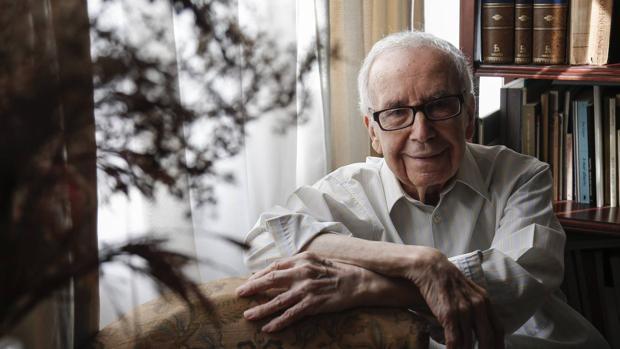 Pablo García Baena fotografiado en su casa de Córdoba