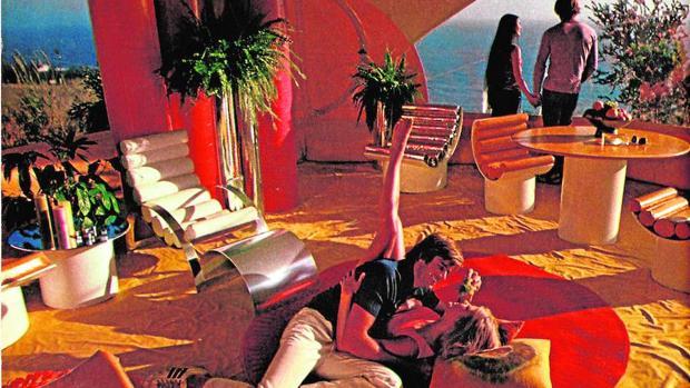 La «Casa Burbuja» construida por Antti Lovag para Pierre Cardin, en una fotografía de «Playboy» (1972)