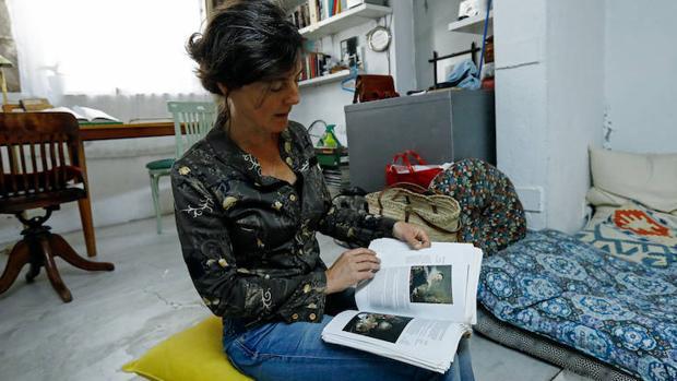 María Gimeno ojea su ejemplar de «Queridas viejas»