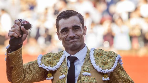 Paco Ureña, con la oreja que cortó el pasado sábado en Sevilla a un toro de Victorino