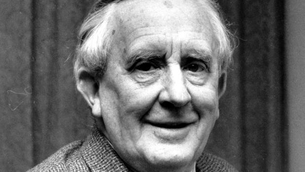 El escritor J.R.R. Tolkien, autor de «El señor de los anillos»