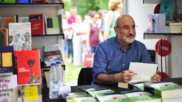 Fernando Aramburu, autor de «Patria», firma ejemplares a sus lectores