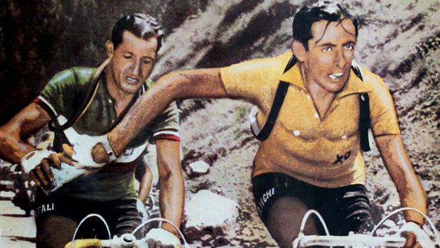 Mítica foto de Carlo Martini: Coppi le pasa el bidón de agua a Bartali (¿o fue al revés?) en una etapa del Tour