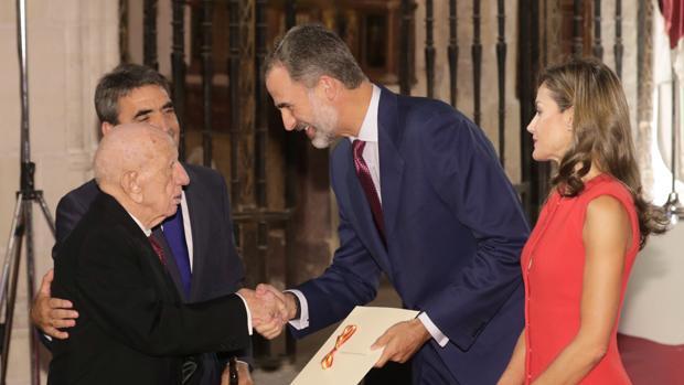 Victorino Martín padre, acompañado por su hijo, recibe de manos de los Reyes el premio Nacional de Cultura