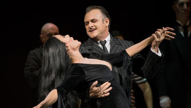 Carmen Conesa y Xavi Mira, en una escena del musical