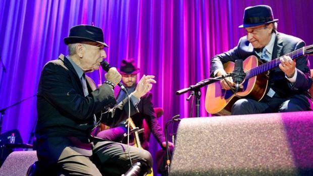 Leonard Cohen, arrodillado ante Javier Mas, durante uno de sus conciertos