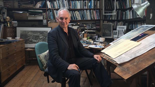 El ilustrador Alan Lee en su estudio