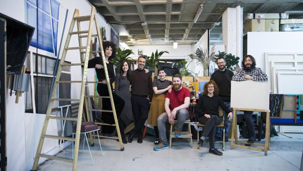 Foto de familia de los 8 artistas q forman parte del stand de ABC en ARCO