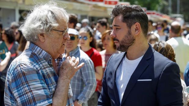 Ian Gibson (izquierda) y Miguel Poveda, ayer en la Feria del Libro de Madrid