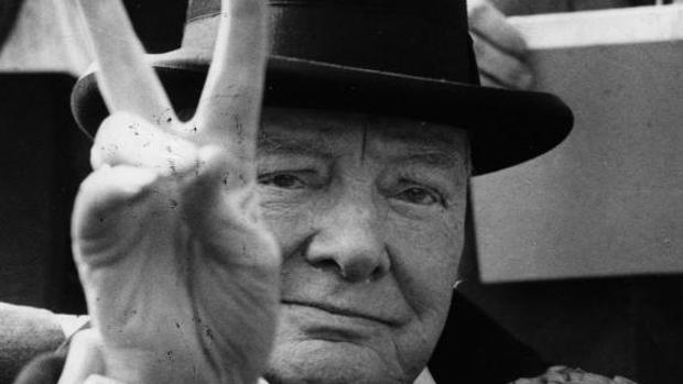 Fotografía de Winston Churchill haciendo el saludo de la victoria