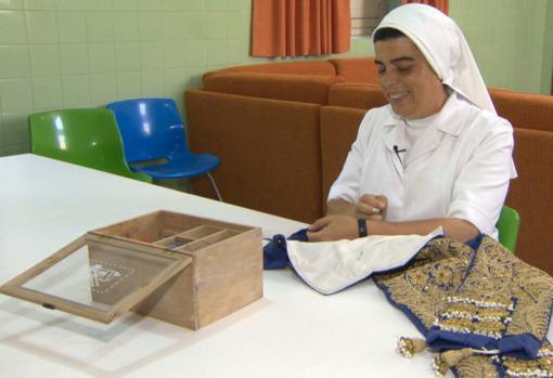 La madre Elisa cose el vestido de Jordi Pérez