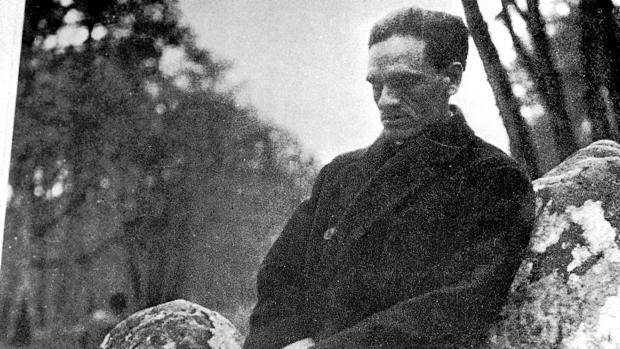 El poeta César Vallejo, apoyado en una roca