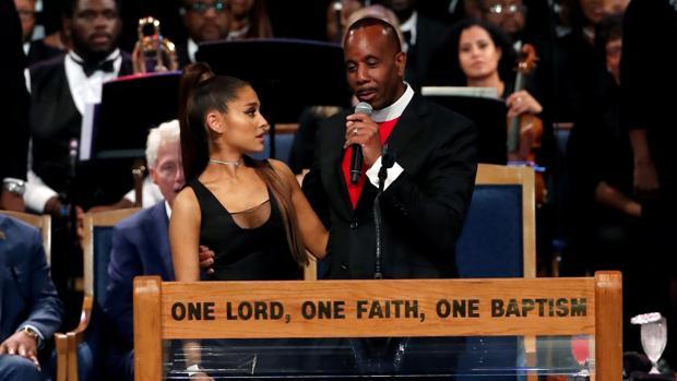 Ariana Grande y Charles Ellis, en un momento del funeral de Aretha Franklin