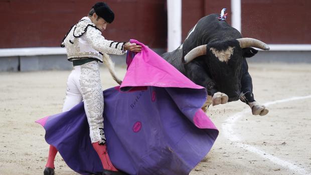 Fernando Robleño recibe al cuarto toro, que echa las manos por delante