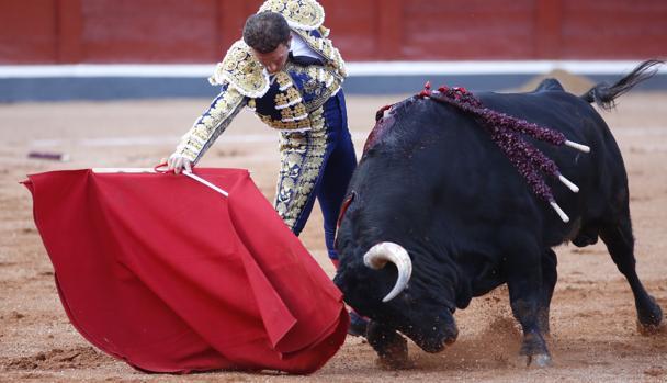 Antonio Ferrera, en un profundo derechazo al primer toro de Montalvo
