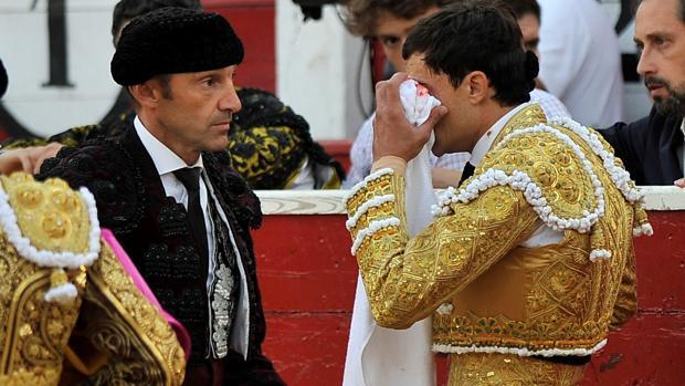 Paco Ureña se limpia el ojo lesionado con una toalla