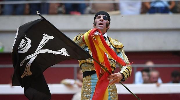 Juan José Padilla da la vuelta al ruedo con las banderas pirata y española