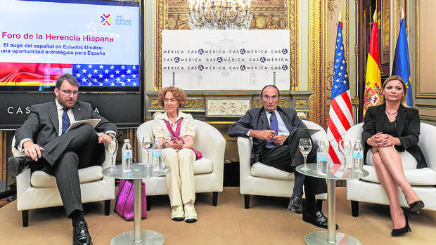 De izquierda a derecha, Daniel Ureña (presidente de The Hispanic Council), Carmen Iglesias, Emilio Lamo y María Rozman