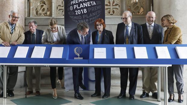 Foto de familia del jurado del Planeta junto a las diez obras finalistas