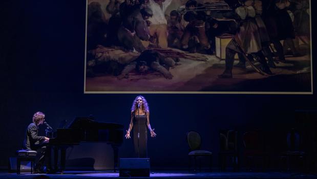 Ana Belén, durante su interpretación de «España, camisa blanca de mi esperanza»