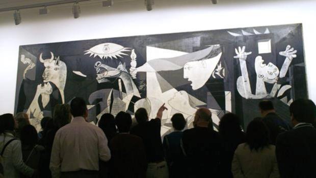 Visitantes en torno al «Guernica» de Picasso, la gran joya del Reina Sofía