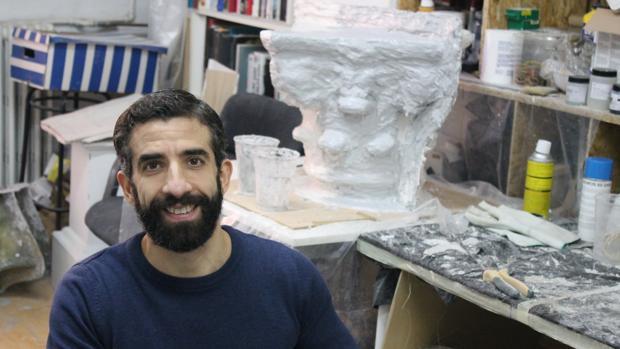 El artista Antonio Fernández Alvira posa en su estudio