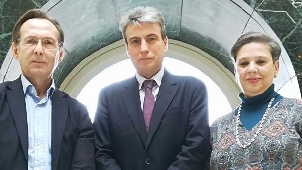 El presidente de la Asociación Salvar el Archivo de Salamanca, en el centro, junto a Gonzalo Robles (PP) y Rosa Domíngez (Foro Asturias) en el Senado