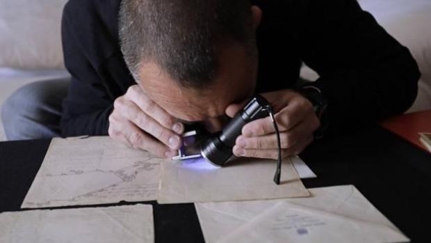 Fernández Molina analiza con luz ultravioleta los plano
