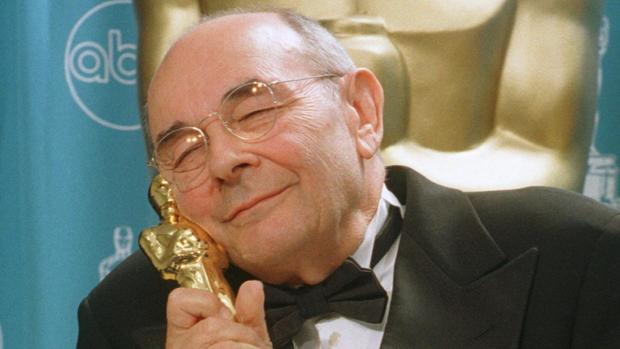 Stanley Donen, fotografiado con el Oscar honorífico que recibió en 1998