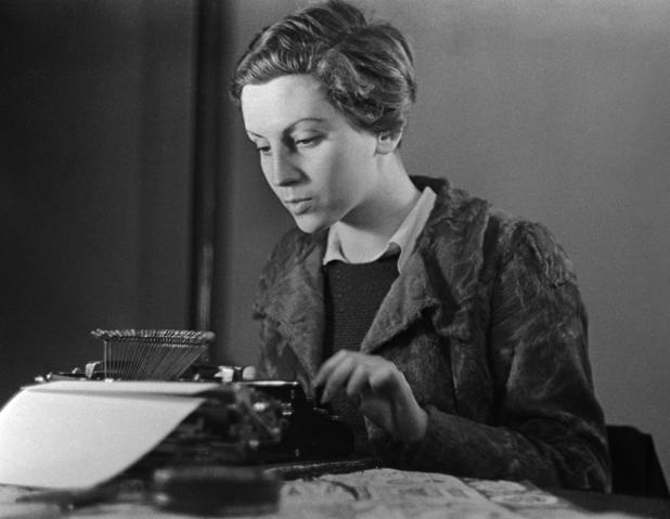 Una imagen de Gerda Taro trabajando como mecanógrafa