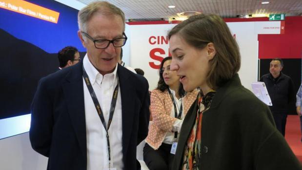 El ministro de Cultura y Deporte, José Guirao, conversa con la directora catalana Carla Simón en el estand de España en el Festival de Cannes