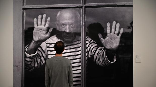 Un visitante contempla el icónico retrato de Picasso en camiseta marinera relizado por Robert Doisneau