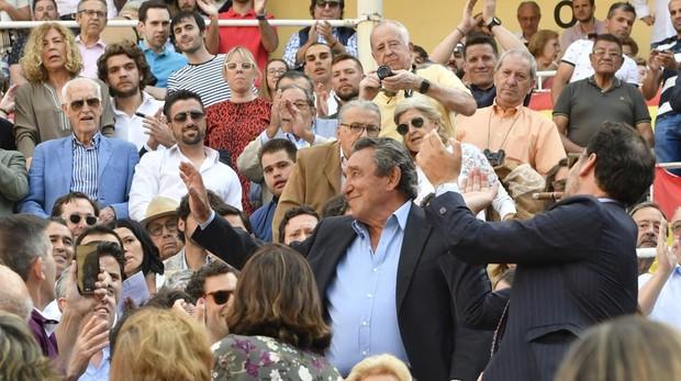 Fernando Cuadri saluda una ovación