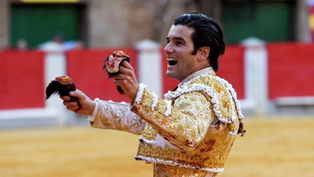 José Garrido pasea las dos orejas del cuarto